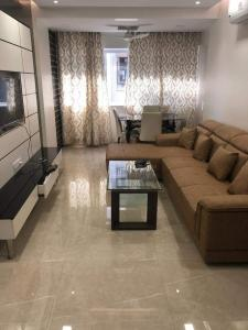 Gallery Cover Image of 650 Sq.ft 1 BHK Apartment for rent in Andheri West for 57000