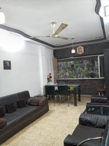 Gallery Cover Image of 1000 Sq.ft 2 BHK Apartment for rent in Geet Gunjan, Bandra West for 80000