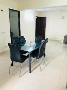 Gallery Cover Image of 1850 Sq.ft 4 BHK Apartment for rent in Satguru Apartment, Sector 52 for 59000