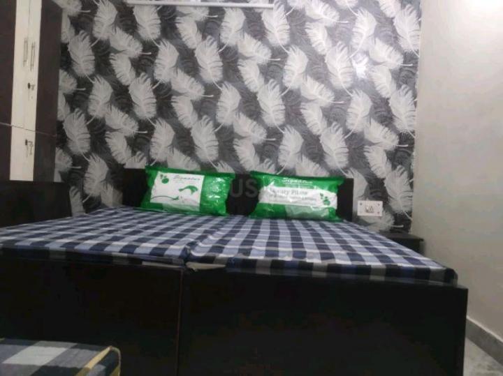 द्वारका मोर में उर्वशी गर्ल्स पीजी के बेडरूम की तस्वीर