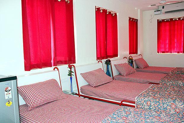पेरुंगुड़ी में गर्ल्स पीजी के बेडरूम की तस्वीर