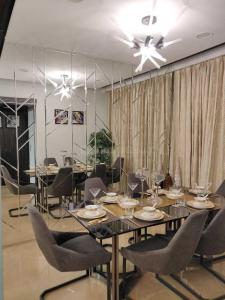 Gallery Cover Image of 1324 Sq.ft 3 BHK Apartment for buy in Juhu for 53500000