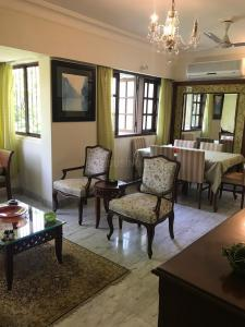 Gallery Cover Image of 860 Sq.ft 2 BHK Apartment for buy in Bandra West for 49000000