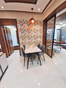 Gallery Cover Image of 1512 Sq.ft 3 BHK Apartment for buy in Maharaj Sarang Elegance, Vaishno Devi Circle for 5950000