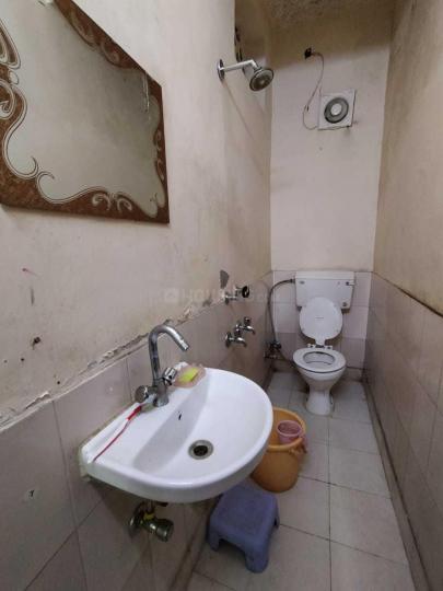 करोल बाग में तेरा अकॉमोडेशन के कॉमन बाथरूम की तस्वीर