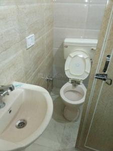 बलजीत नगर में सुधीर पीजी में बाथरूम की तस्वीर