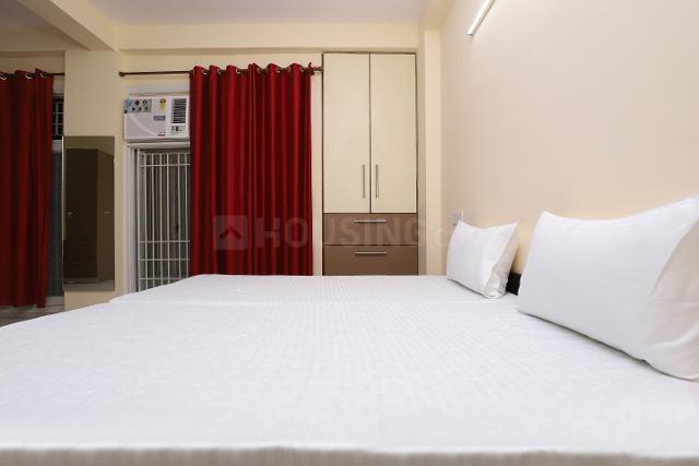 ओयों लाइफ नोड425 सेक्टर 122 इन सेक्टर 122 के बेडरूम की तस्वीर