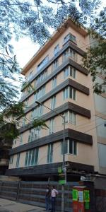 Gallery Cover Image of 1465 Sq.ft 3 BHK Apartment for rent in Santacruz West for 105000