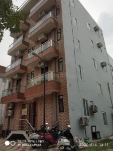 Gallery Cover Image of 950 Sq.ft 3 BHK Independent Floor for buy in Sector 105 for 2500000