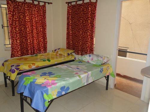 बीटीएम लेआउट में गर्ल्स पीजी में बेडरूम की तस्वीर