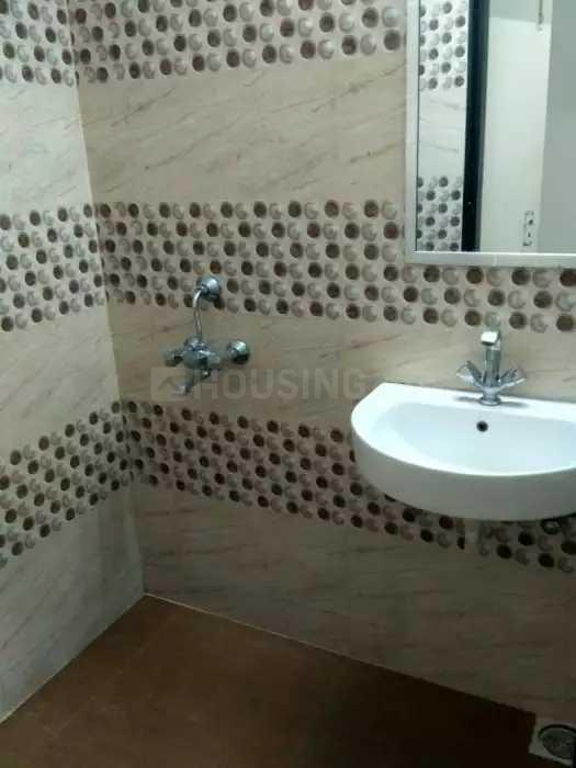 Common Bathroom Image of 600 Sq.ft 1 BHK Apartment for rent in Santacruz West for 35000