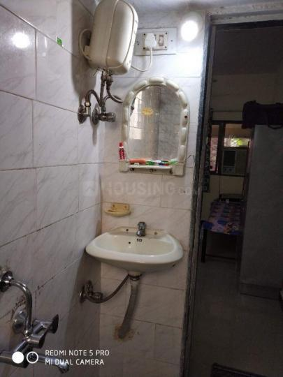 कॉपर खैरने में एमके पेइंग गेस्ट सेरविसेस के बाथरूम की तस्वीर
