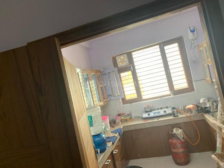 सुशांत लोक आई में ऑलमोस्ट टाइम पीजी के किचन की तस्वीर
