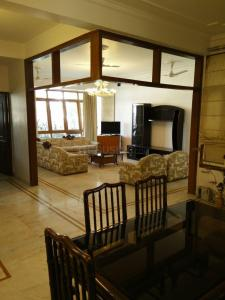 Gallery Cover Image of 2000 Sq.ft 3 BHK Independent Floor for rent in Defence Colony for 170000