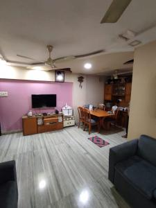 Gallery Cover Image of 600 Sq.ft 2 BHK Apartment for buy in Vile Parle West for 19000000