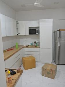 Gallery Cover Image of 2000 Sq.ft 3 BHK Apartment for rent in Legend Kingston Tower, Parel for 125000