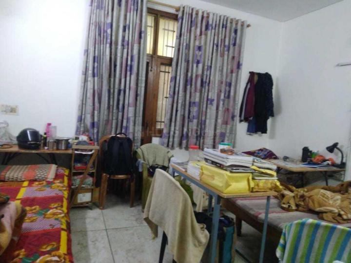 करोल बाग में शिव निवास पीजी के बेडरूम की तस्वीर