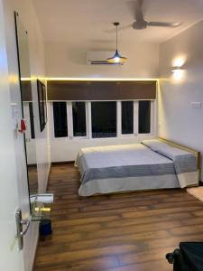 Gallery Cover Image of 1200 Sq.ft 2 BHK Apartment for rent in Bandra East for 85000