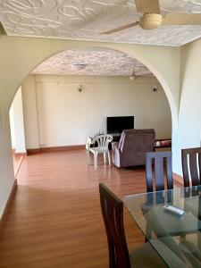 Gallery Cover Image of 1225 Sq.ft 3 BHK Apartment for rent in Cuffe Parade for 160000
