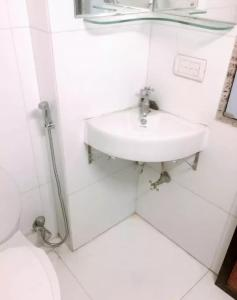 Common Bathroom Image of Yuvi's PG in Colaba