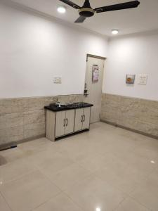 Gallery Cover Image of 1200 Sq.ft 2 BHK Apartment for rent in Haware Indraprastha Regency, Goregaon West for 50000