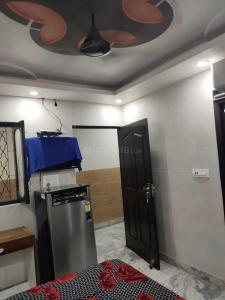 Gallery Cover Image of 400 Sq.ft 1 RK Independent Floor for rent in Punjabi Bagh for 11000
