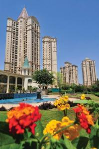 Gallery Cover Image of 1000 Sq.ft 2 BHK Apartment for rent in Hiranandani Gardens, Powai for 55000