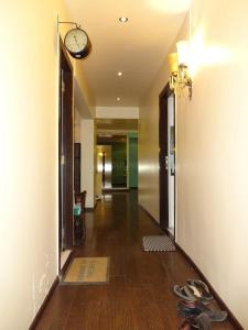 Gallery Cover Image of 1800 Sq.ft 3 BHK Apartment for buy in Bandra West for 75000000
