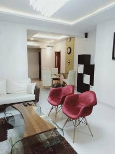 Gallery Cover Image of 1500 Sq.ft 3 BHK Apartment for rent in Parel for 120000