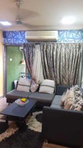 Gallery Cover Image of 1200 Sq.ft 2 BHK Apartment for rent in Poseidon Apartment, Andheri West for 75000