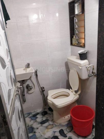 दादर वेस्ट में महेश ठोंबरे में बाथरूम की तस्वीर
