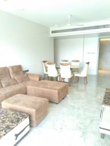 Gallery Cover Image of 850 Sq.ft 2 BHK Apartment for rent in Santacruz West for 145000