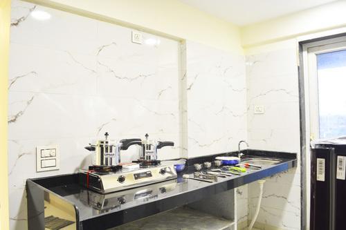 सांताक्रुज़ ईस्ट में 2 बीएचके इन डियालनी अस्टोरिया के किचन की तस्वीर