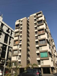 Gallery Cover Image of 2115 Sq.ft 3 BHK Apartment for rent in Bodakdev for 45000