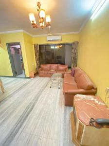 Gallery Cover Image of 900 Sq.ft 2 BHK Apartment for rent in Udyan Complex, Andheri East for 50000