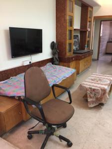 Gallery Cover Image of 835 Sq.ft 2 BHK Apartment for rent in Dadar West for 75000