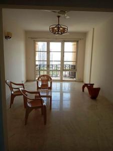 Gallery Cover Image of 2650 Sq.ft 3 BHK Apartment for rent in DLF Phase 4 for 55000