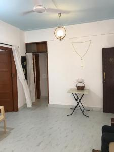 Gallery Cover Image of 710 Sq.ft 2 BHK Apartment for rent in Bandra West for 75000