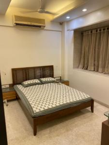 Gallery Cover Image of 1500 Sq.ft 3 BHK Apartment for rent in Khar West for 130000