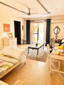 Gallery Cover Image of 2300 Sq.ft 3 BHK Apartment for rent in Omaxe Twin Towers, Sector 50 for 50000