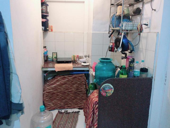 गोरेगांव ईस्ट में बॉइज़ पीजी के किचन की तस्वीर