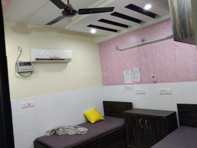 लक्ष्मी नगर में लक्ज़रियस गर्ल्स पीजी के बेडरूम की तस्वीर