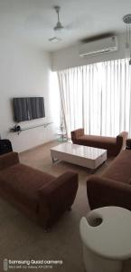 Gallery Cover Image of 1250 Sq.ft 2 BHK Apartment for rent in Satellite Satellite Tower, Goregaon East for 51000