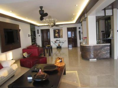Gallery Cover Image of 2500 Sq.ft 3 BHK Apartment for buy in Juhu for 140000000