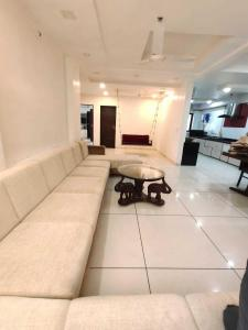 Gallery Cover Image of 4000 Sq.ft 4 BHK Apartment for rent in Satellite for 100000