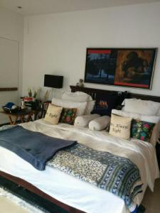 Gallery Cover Image of 600 Sq.ft 1 BHK Apartment for rent in Colaba for 65000
