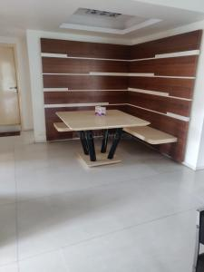 Gallery Cover Image of 1600 Sq.ft 3 BHK Apartment for rent in Bhanu Kunj, Juhu for 175000
