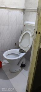 Bathroom Image of 550 Sq.ft 1 BHK Apartment for buy in Nikhil Park, Anand Nagar for 2500000