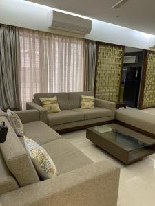 Gallery Cover Image of 1800 Sq.ft 3 BHK Apartment for rent in Santacruz West for 135000