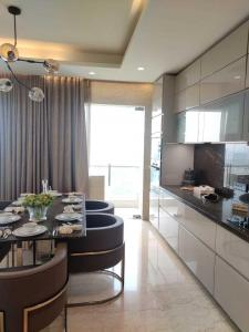 Gallery Cover Image of 2933 Sq.ft 4 BHK Apartment for buy in Sunteck Signia High, Kandivali East for 49000000